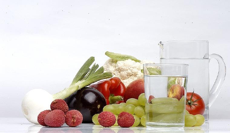 Comer frutas y beber agua.