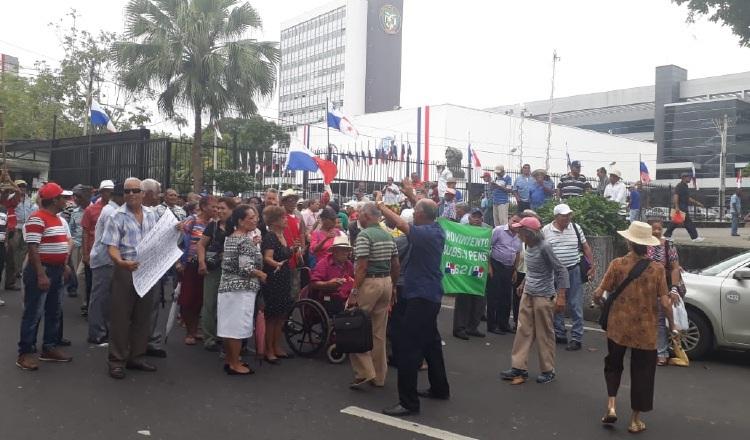 Los jubilados y pensionados salieron a las calles a protestar en varias ocasiones para exigir el pago del bono.
