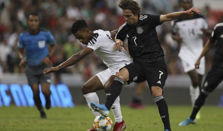 Edgar Yoel Bárcenas de Panamá (izq.) y el mexicano Sebastián Córdova en el partido de ida en el estadio Azteca. EFE