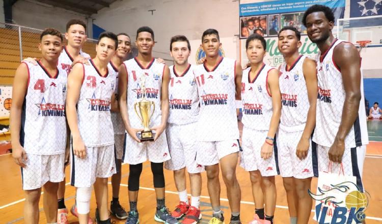 Jugadores del equipo U18 tras recibir su respectivo premio. Cortesía
