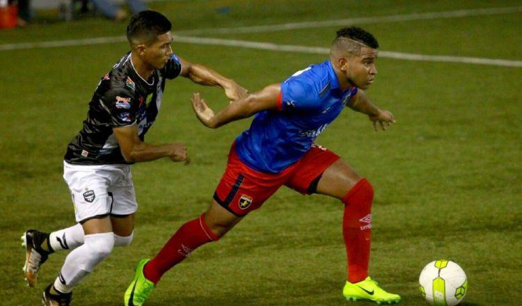 José Murillo (derecha) durante un clásico contra Tauro. Foto Anayansi Gamez