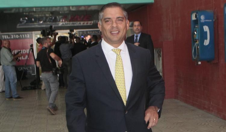 Diputado Adolfo Valderrama sale reído de la audiencia realizada en el día de ayer. Víctor Arosemena