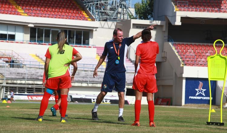 Kenneth Zseremeta durante el entrenamiento de ayer en el estadio Rommel Fernández. Anayansi Gamez