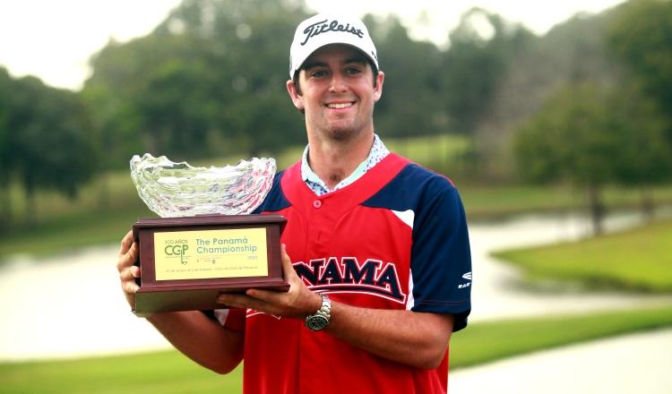 Davis Riley  con el trofeo del Panamá Championship.