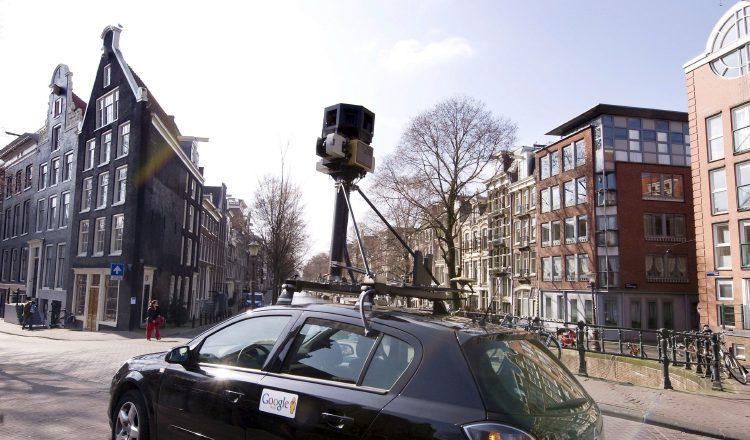 Un coche traslada una cámara de