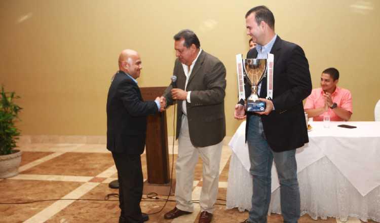González (izq.) durante la ceremonia de premiación. Anayansi Gamez