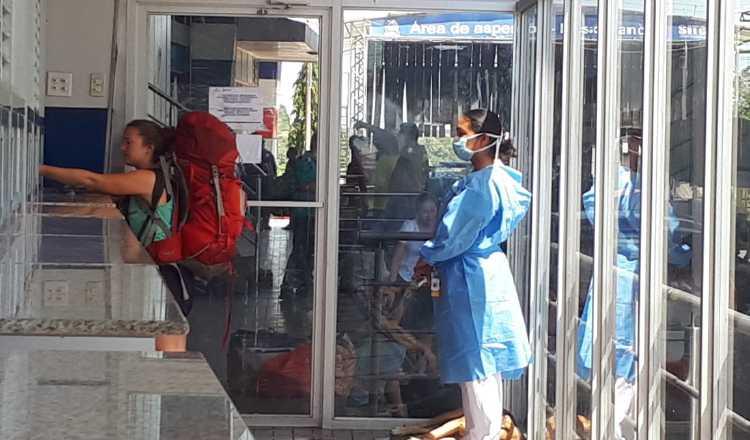 En el área fronteriza con Costa Rica, las autoridades le toman la temperatura a los viajeros que llegan a Panamá. FOTO/JOSÉ VÁSQUEZ