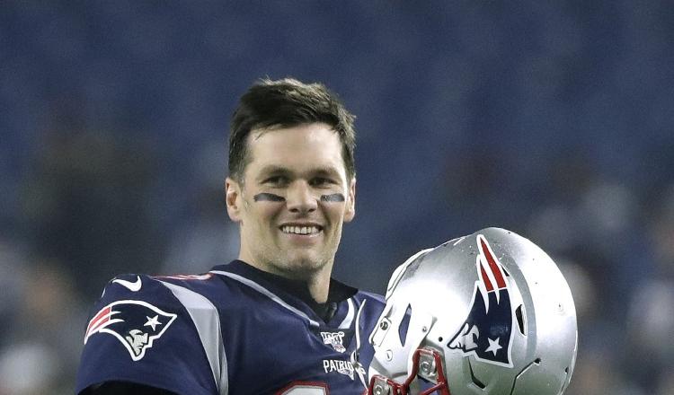 Tom Brady, quarterback de 42 años, ganó seis anillos de Super Bowl con los Patriots de Nueva Inglaterra. Foto AP