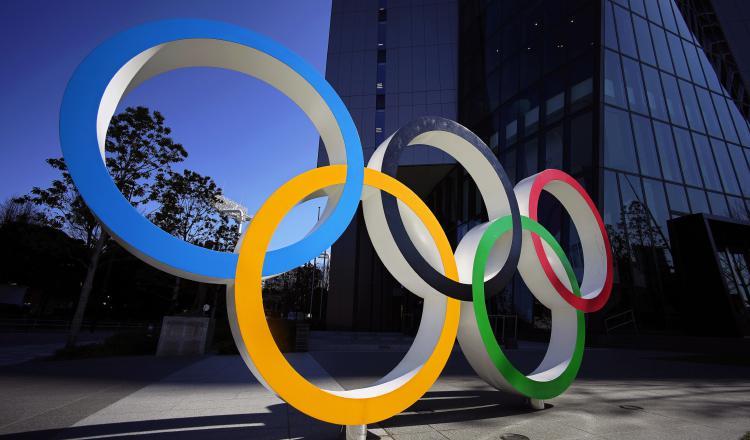 El monumento de los Anillos Olímpicos frente a la sede del Comité Olímpico de Tokio, Japón. Foto:AP