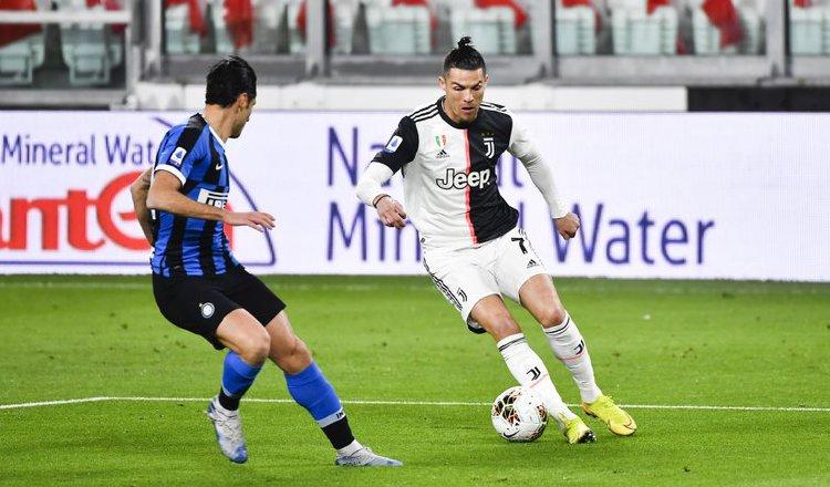 Cristiano Ronaldo (der.) en un partido  de la Juventus contra el Inter. Foto:AP