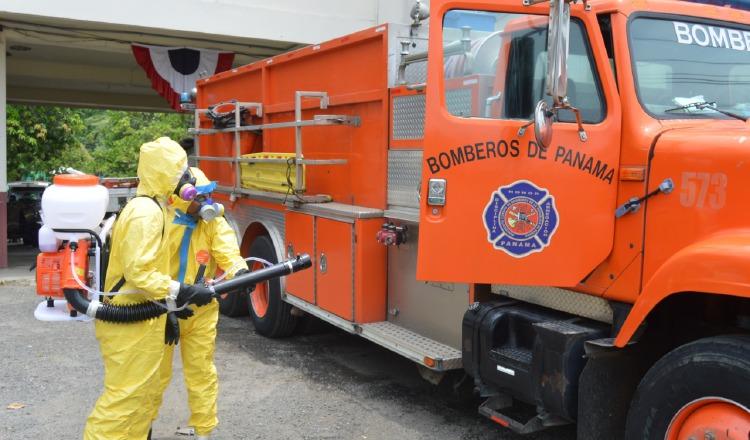 Bomberos hacen labores para desinfectar los autos y las estaciones a nivel nacional. Cortesía