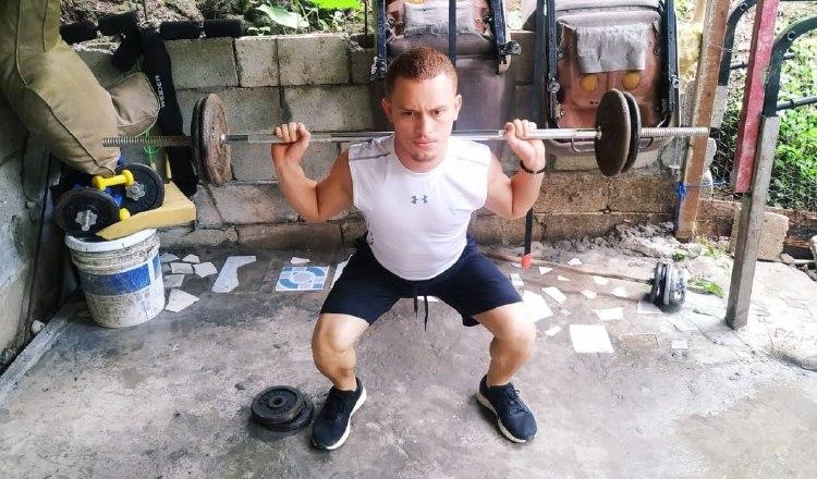 Héctor Cención durante una sesión de entrenamiento en su casa, debido al cuarentena del COVID-19 Foto:EFE