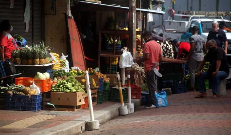 Los vendedores se quejan de las bajas ventas que tienen por las restricciones pandémicas.