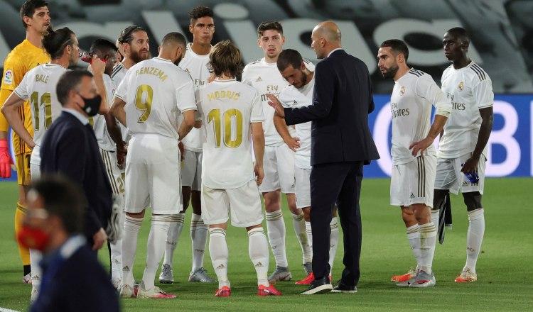 El técnico Zidane conversa con los jugadores del Real Madrid. Foto:EFE