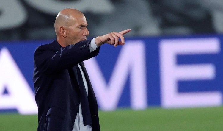 Zidane habla con los jugadores Foto:EFE
