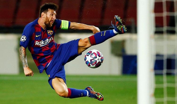 Leo Messi intenta controlar el balón en una jugada en el partido contra Nápoles. Foto:EFE