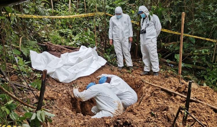 Peritos de Criminalística, personal del Ministerio Público y Senan ubicaron la fosa clandestina. Mayra Madrid.