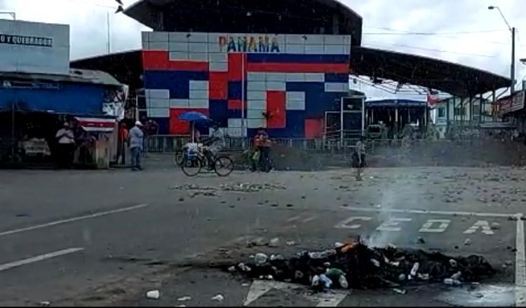 Los manifestantes cerraron el área con piedra y tierra para evitar la entrada y salida. ´FOTOS/MAYRA MADRID/ JOSÉ VÁSQUEZ