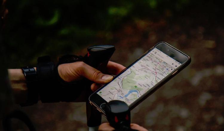 Cuando se refiere a planear paseos o vacaciones, los celulares ayudan a organizar el itinerario. Ilustración/Pixabay