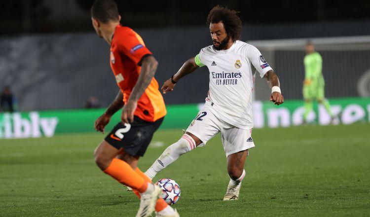 Marcelo del Real Madrid (der.) pelea un balón con el defensa brasileño del Shakhtar. Foto:EFE