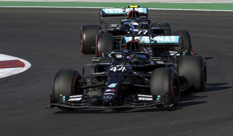 Lewis Hamilton en la pista en Portugal. Foto:EFE