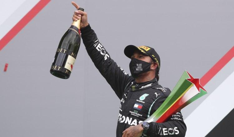 Lewis Hamilton festeja el haber ganado el GP de Portugal. Foto:EFE