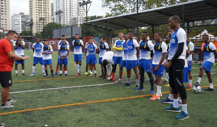 Dorian López (izq) del Sporting conversa con sus jugadores. Foto:Cortesía.