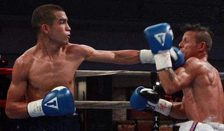 Orlando 'El Jaguar' Peñalba (izq.) en una de las peleas de Zona Box