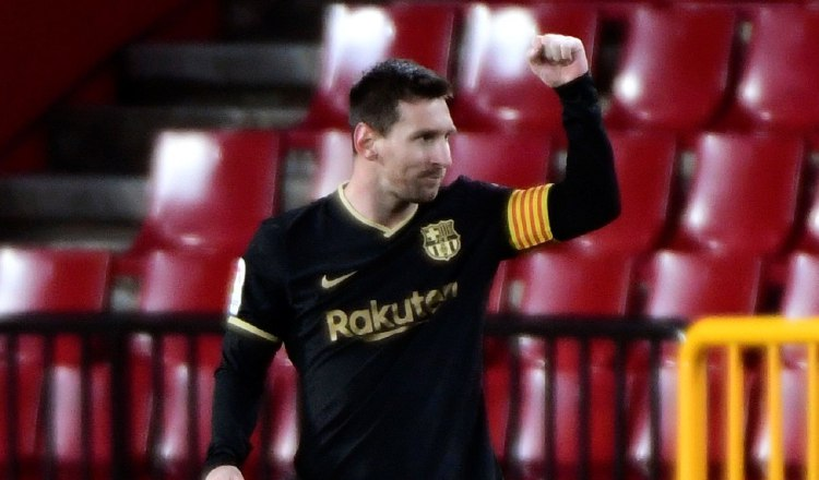 Leo Messi, celebra su gol contra el Granada. Foto:EFE
