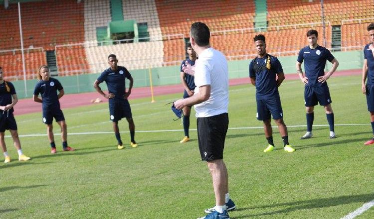El técnico Jacques Pasy durante los entrenamientos del seleccionado dominicano. Foto:Cortesía