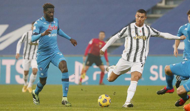 Cristiano Ronaldo (der.) y Tiemoue Bakayoko del Nápoles. Foto:EFE