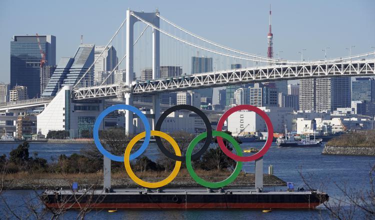 Un monumento gigante de los anillos olímpicos se ve antes del puente Rainbow en el Parque Marino Odaiba en Tokio. Foto:EFE