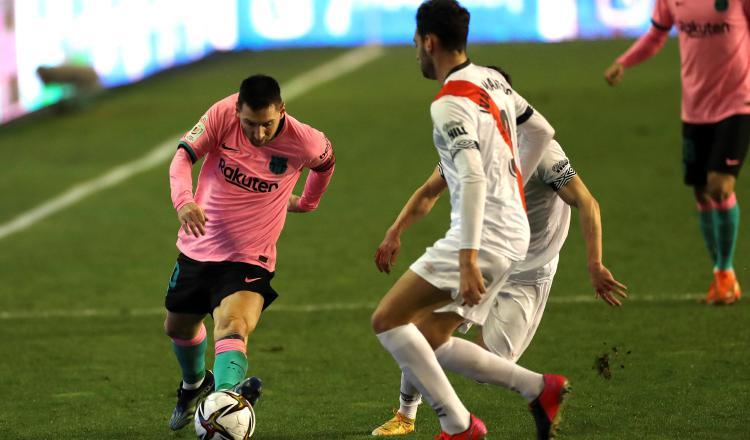 Leo Messi del Barcelona (izq), intenta llevarse el balón ante el defensa del Rayo Vallecano, Iván Martos. Foto:EFE