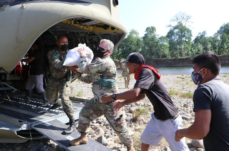 El comandante Fuerza de Tarea Conjunta-Bravo, coronel John Litchfield, ayuda a bajar la carga de un helicóptero Chinook. Jorge Vega/ Senafront