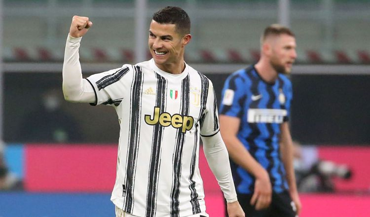Cristiano Ronaldo de la Juventus festeja uno de sus goles. Foto:EFE