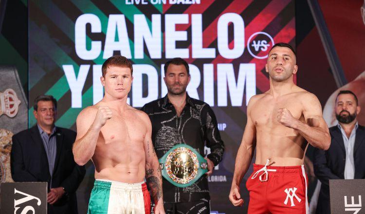el mexicano Saúl 'Canelo' Álvarez (izq.) y el turco Avni Yildirim, mientras posan al final de la sesión de pesaje. Foto:EFE