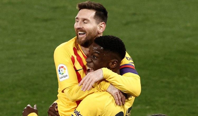 Moriba Kourouma (c) celebra con Leo Messi su gol. Foto:EFE