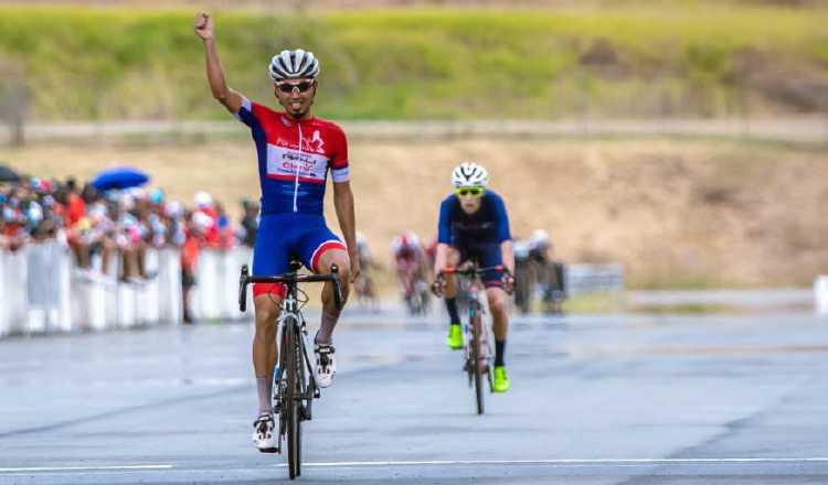 El pedalista chiricano Bolívar Espinosa alza las manos en señal de triunfo. Foto:Fepaci