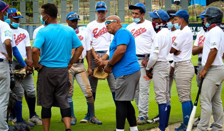 Cristóbal 'Toba' Girón (cent.) da algunas instrucciones a sus jugadores. Foto:Fedebeis