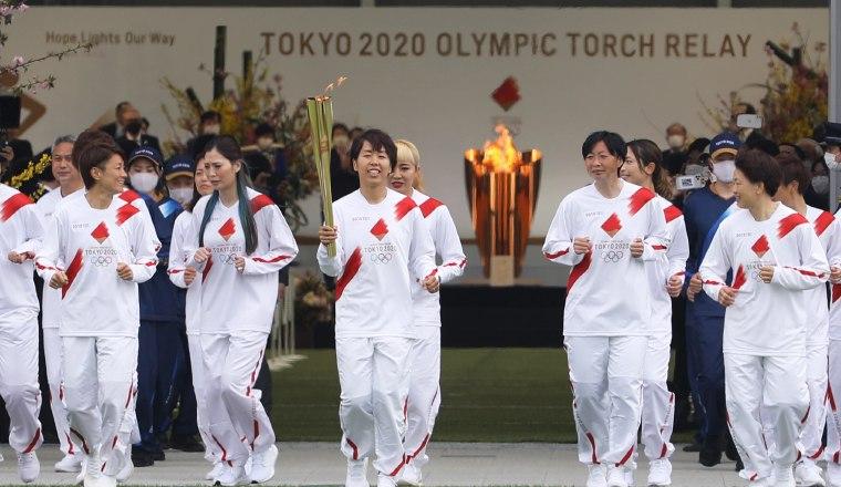 Jugadoras del equipo femenio con la llama olímpica. Foto:EFE