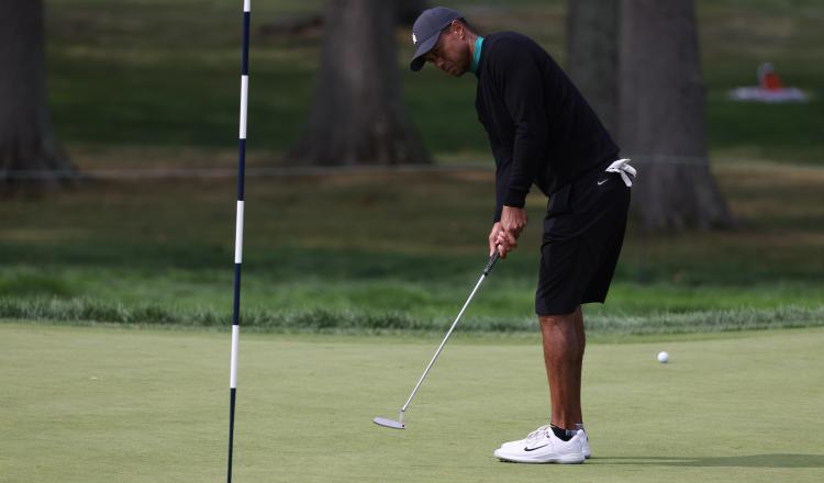 Las lesiones podrían dejar fuera del circuito internacional profesional de golf a Tiger Woods, según los expertos. Foto:EFE