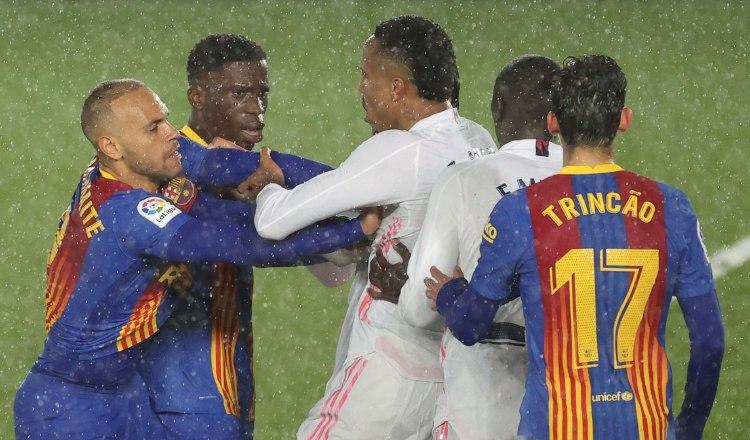 Martin Braithwaite (i) y Moriba Kourouma del Barcelona, forcejean con el defensa brasileño del Real Madrid, Militao. Foto:EFE