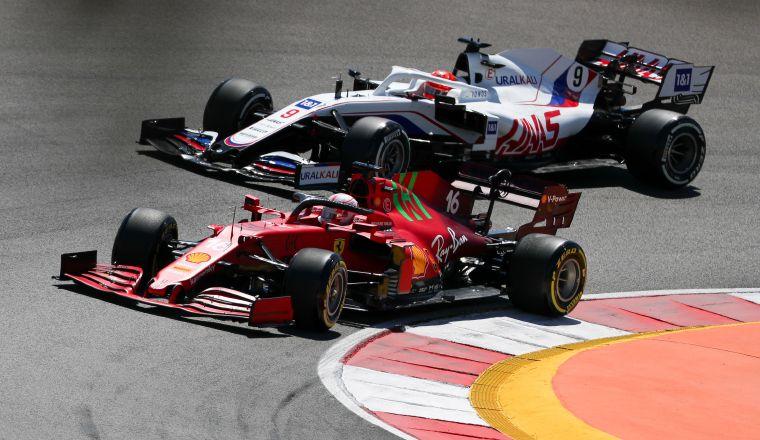 Charles Leclerc del equipo Ferrari y el ruso Nikita Mazepin. Foto:EFE