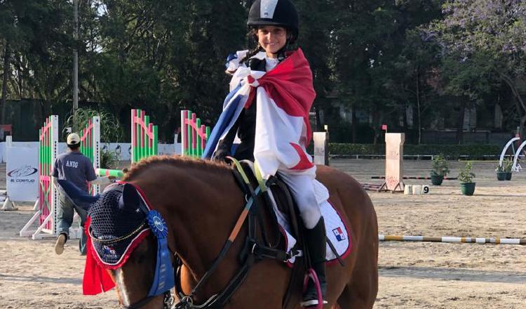 Sofía Ruiz con la bandera panameña. Foto: Cortesía
