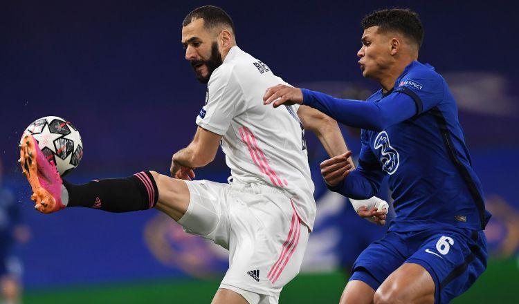 Thiago Silva del Chelsea marca a Karim Benzema del Real Madrid. Foto:EFE
