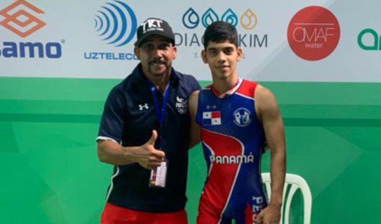 El entrenador José Manuel Ochoa (izq.) y  el pesista Juan Martínez.  Foto:@COP