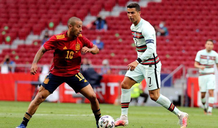 Thiago Alcántara (izq.) de España y Cristiano Ronaldo de Portugal, disputan un balón Foto:EFE