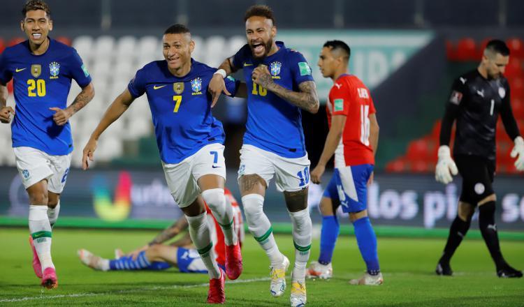 El jugador Neymar (c) de Brasil celebra un gol hoy, durante un partido de las eliminatorias sudamericanas entre Paraguay. Foto:EFE