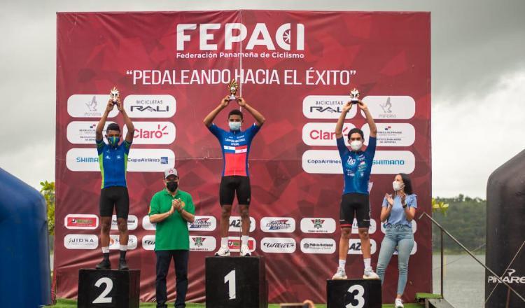 Josué Jiménez con el trofeo como campeón. Foto:Fepaci