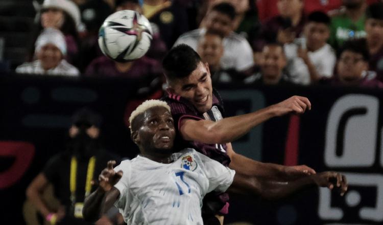 José Fajardo salta por el balón en el partido contra México. Foto:EFE